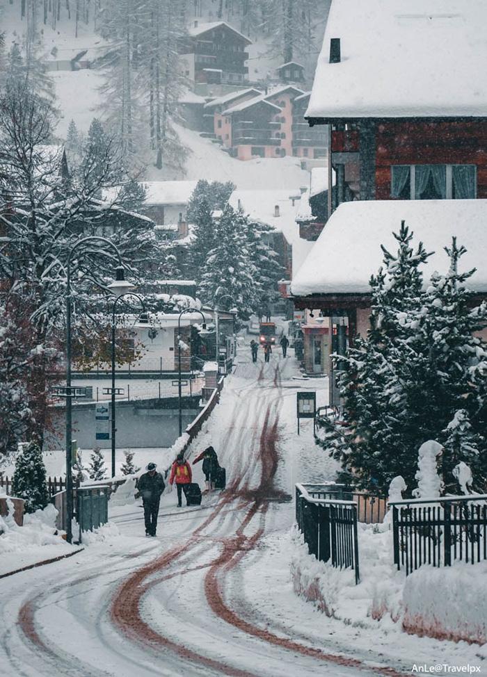 Zermatt mang đến nhiều cảm xúc cho kẻ lữ hành với ngôi làng bình yên, mái ngói phủ tuyết trắng xoá, những ngọn núi đẹp như mơ, những chuyến tàu đưa người đi vào miền cổ tích.
