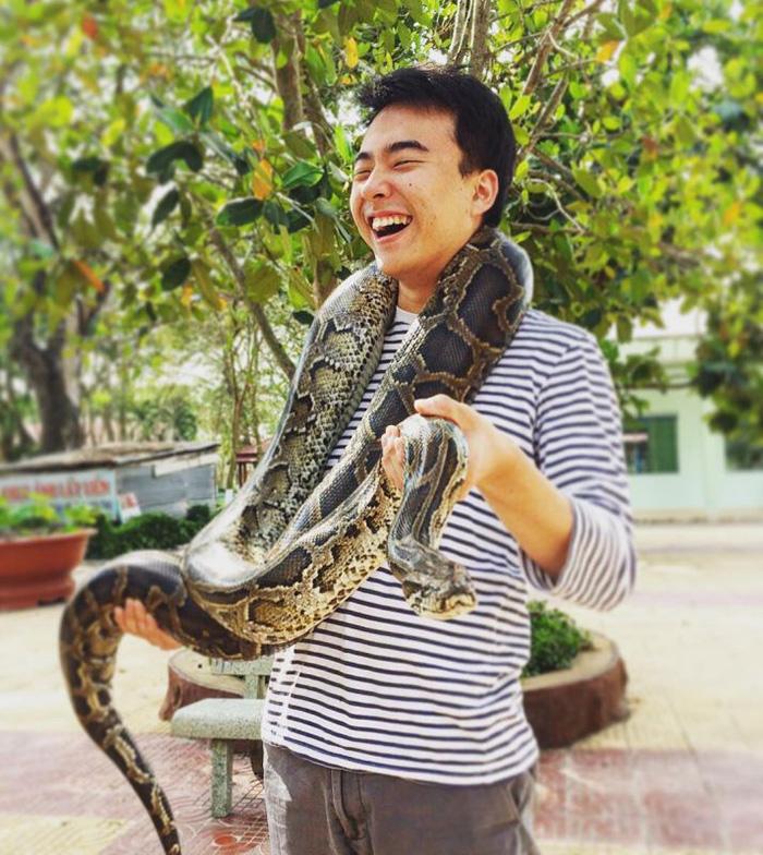 Tham quan trại rắn Đồng Tâm và chụp hình với trăn là hoạt động không thể bỏ qua khi đến đây.