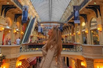 Mua sắm tại trung tâm thương mại Gum nổi tiếng ở thành phố Moscow