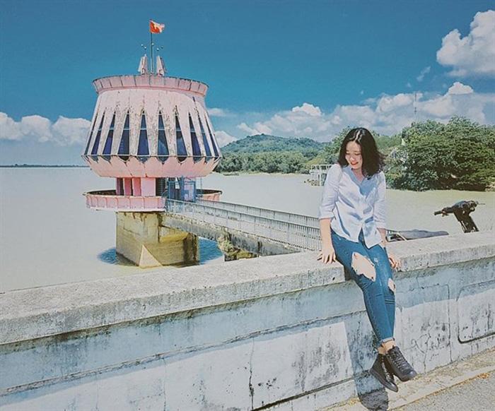 """Hồ nước nhân tạo nổi tiếng này được mệnh danh là một trong những điểm đến """"đẹp rụng tim"""" ở Tây Ninh."""