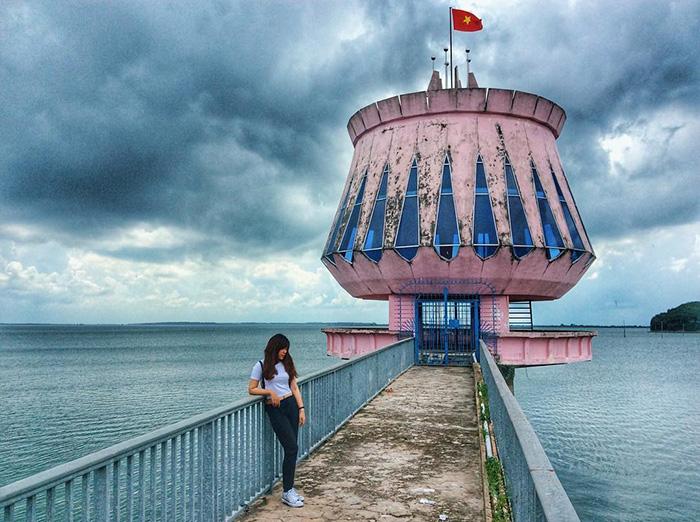 Hồ Dầu Tiếng trở thành điểm đến được đông đảo bạn trẻ yêu thích khi sở hữu vẻ đẹp hài hòa kết hợp giữa tự nhiên và nhân tạo.