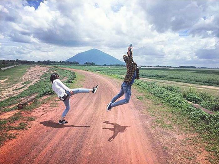 Hồ Dầu Tiếng nằm cách thành phố Tây Ninh chừng 26 km về hướng Đông.