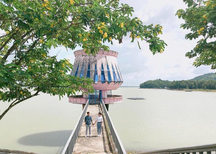 Ngọn hải đăng nhân tạo nổi tiếng ở hồ là điểm chụp ảnh yêu thích của nhiều bạn trẻ.
