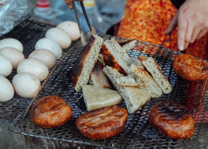 Mềm mềm xốp xốp bánh tam giác mạch cực lạ ở Hà Giang