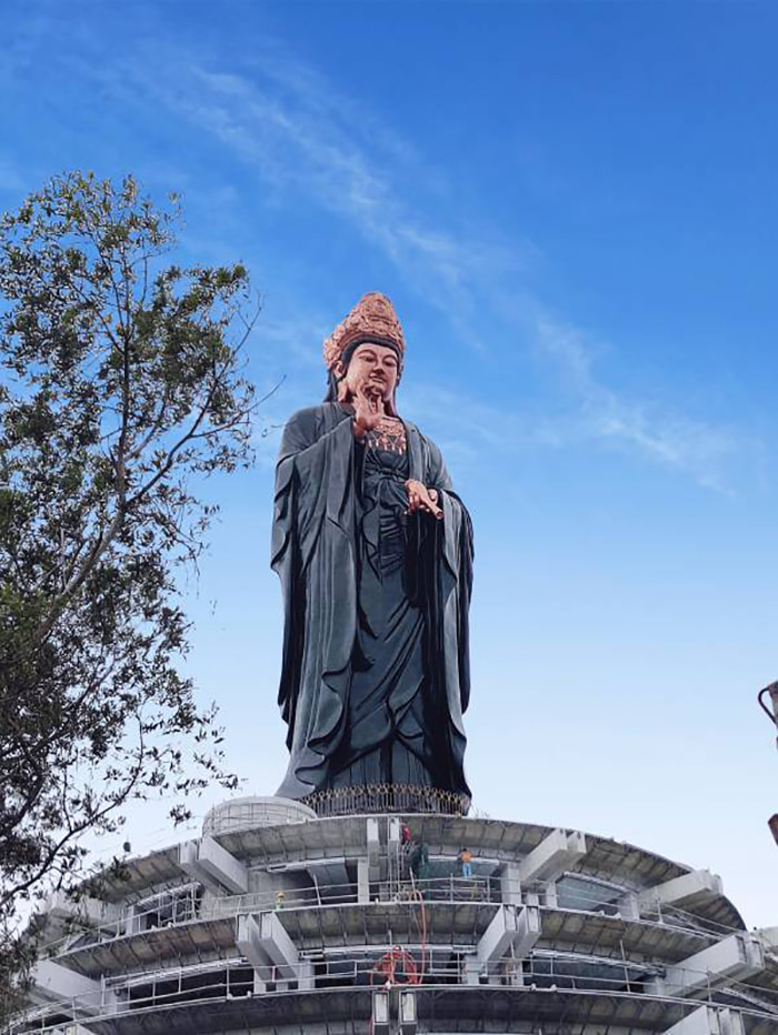 Visit the statue of Buddha Ba Tay Bon Da Son - intellectual beauty and compassion