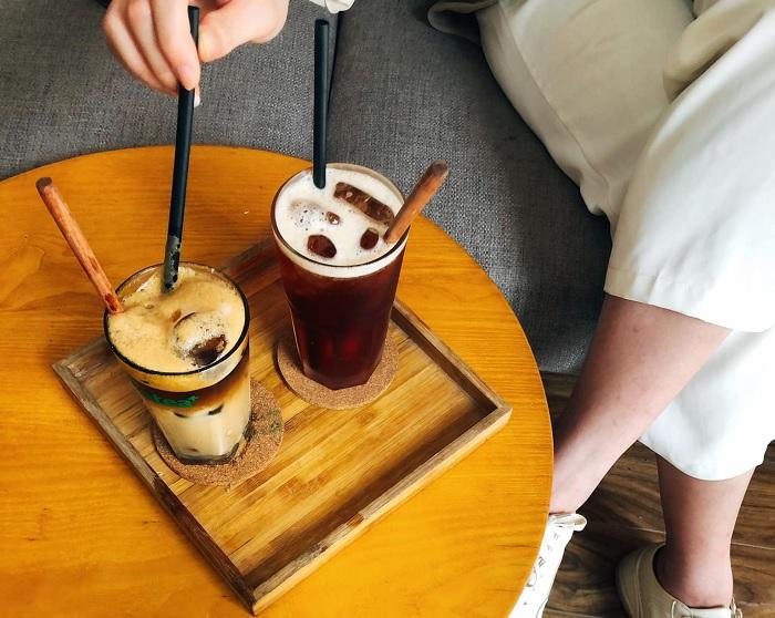 uống cà phê - hoạt động hấp dẫn tại bảo tàng gốm Bát Tràng
