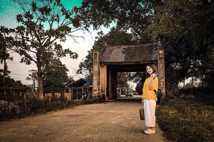 Cổng làng Mông Phụ ở làng cổ Đường Lâm