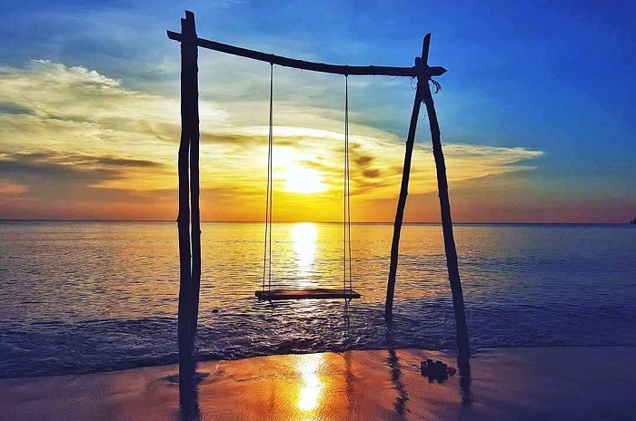 a place to have dinner in Phu Quoc - Watch a beautiful sunrise at Ong Lang beach