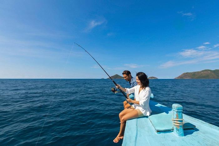 du lịch Côn Đảo tháng 4 - câu cá trên biển