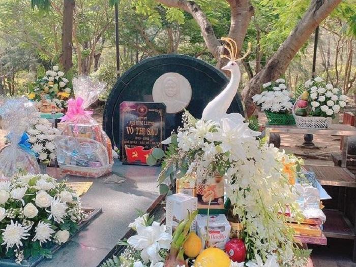 du lịch Côn Đảo tháng 4 - viếng mộ Cô Sáu