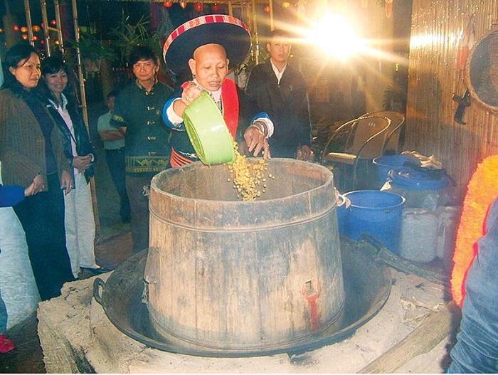 Du lịch Lai Châu mua gì làm quà? Rượu ngô Sùng Phài - Món quà nên mua khi tới Lai Châu