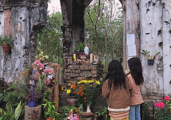 Praying at H'Bau Gia Lai chapel