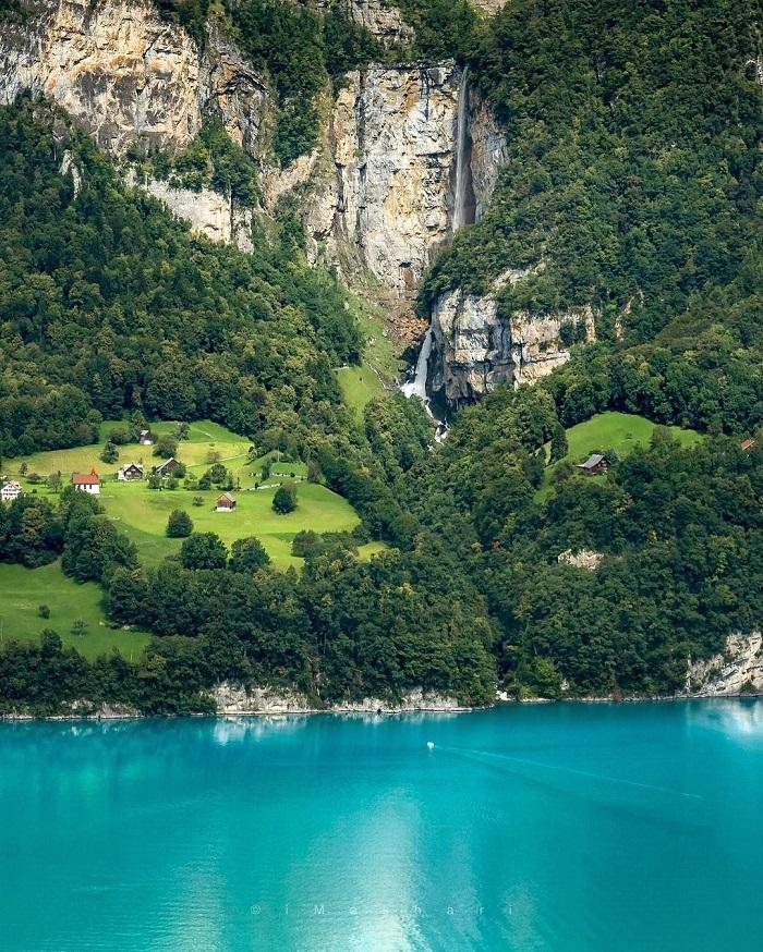 Màu nước xanh màu lục bảo của hồ Walensee
