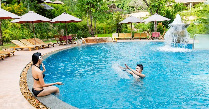 According to the experience of tourists bathing in Thap Ba mineral spring, the swimming pool here is quite large