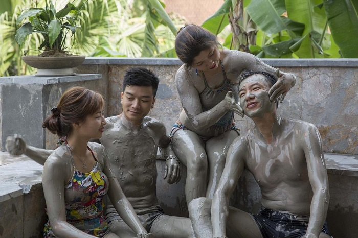 Experience in Thap Ba mineral spring bath, mud bath is the most popular experience