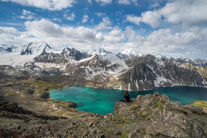 Cảnh núi non gần Hồ Alakul, Karakol - Trải nghiệm trên Con đường Tơ lụa