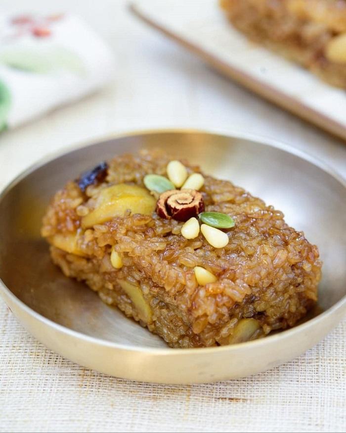 món tráng miệng Hàn Quốc - bánh gạo Yaksik ngọt ngào