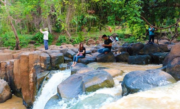 Thác Đứng Bình Phước là địa điểm du lịch nghỉ ngơi được rất nhiều du khách yêu thích