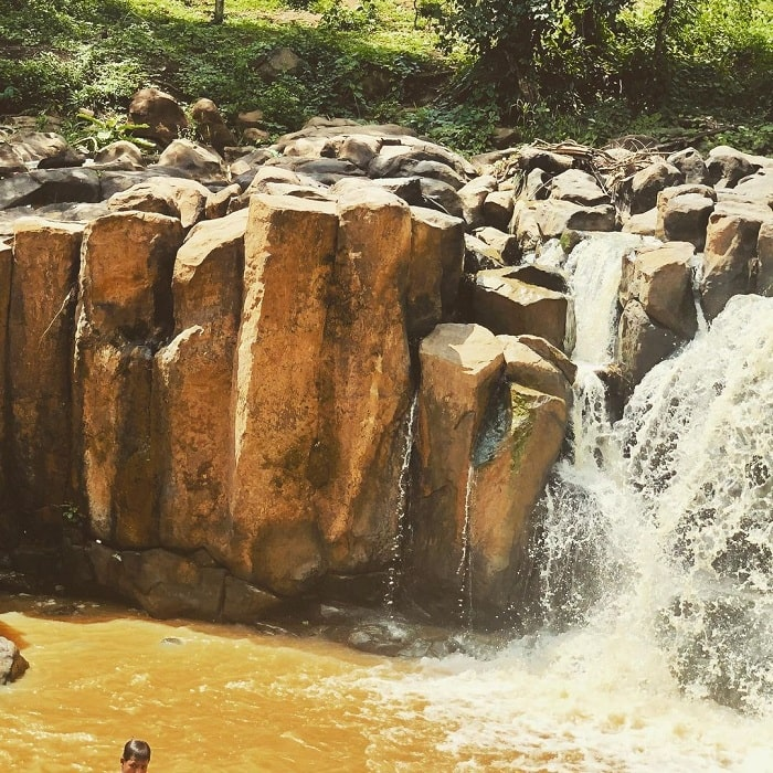 Thác Đứng Bình Phước có các tảng đá dựng đứng như vách núi