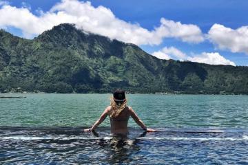 Đắm mình trong hồ nước màu xanh ngọc bích nằm trên miệng núi lửa ở Bali