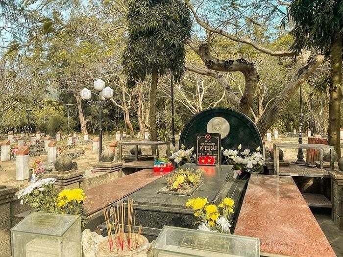 tour lễ 30/4 từ Sài Gòn giá tốt - thắp hương nghĩa trang Hàng Dương
