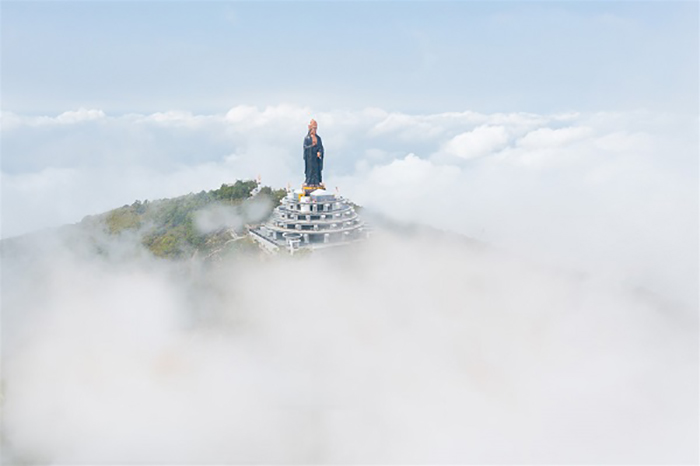 Visit the statue of Buddha Ba Tay Bon Da Son - surrounded by thin clouds