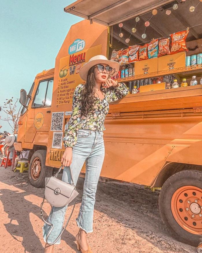 Check-in mỏi tay với chiếc xe màu vàng ở Bình Thuận