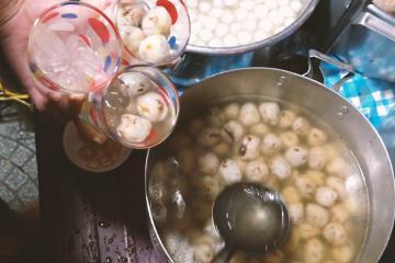 Độc đáo món chè bột lọc heo quay đặc sản xứ Huế