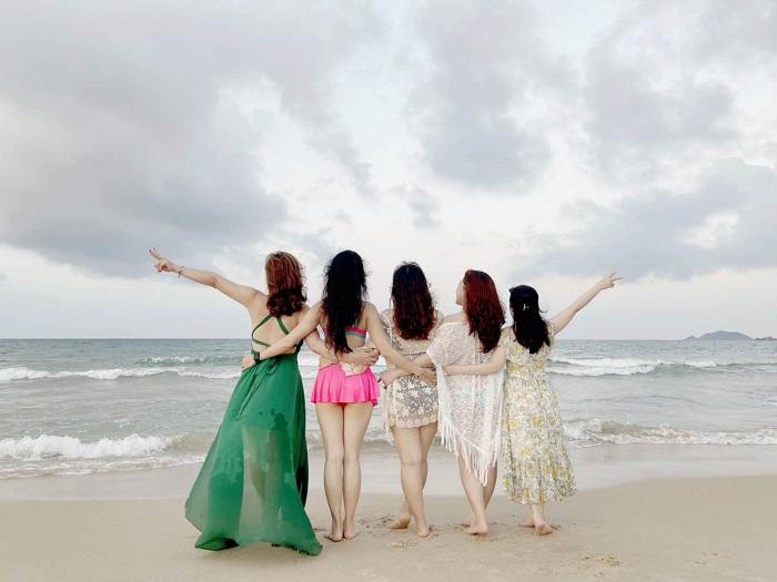 Tạo dáng chụp hình trên bãi biển - Review FLC resort Quy Nhơn 3 ngày 2 đêm
