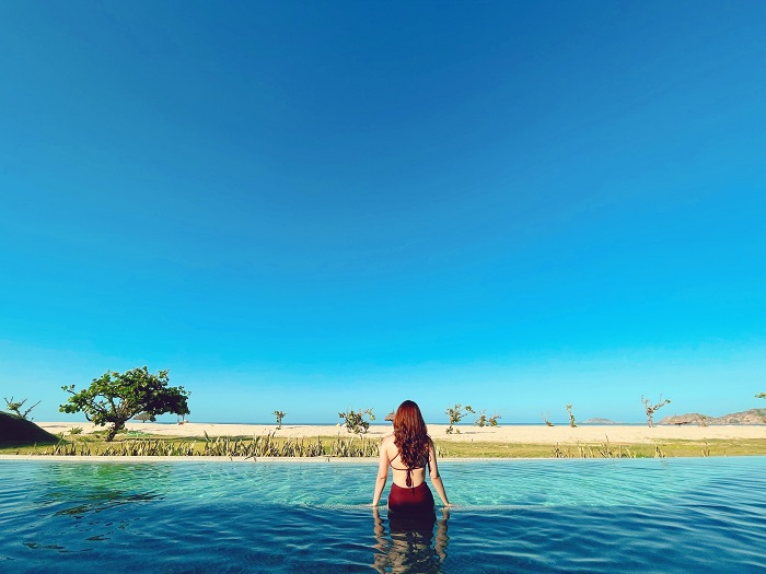Hồ bơi vô cực có tầm nhìn hướng biển - Review FLC Resort Quy Nhơn