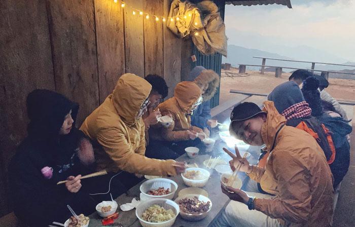 Bật mí kinh nghiệm leo Lảo Thẩn - Bữa ăn đơn giản