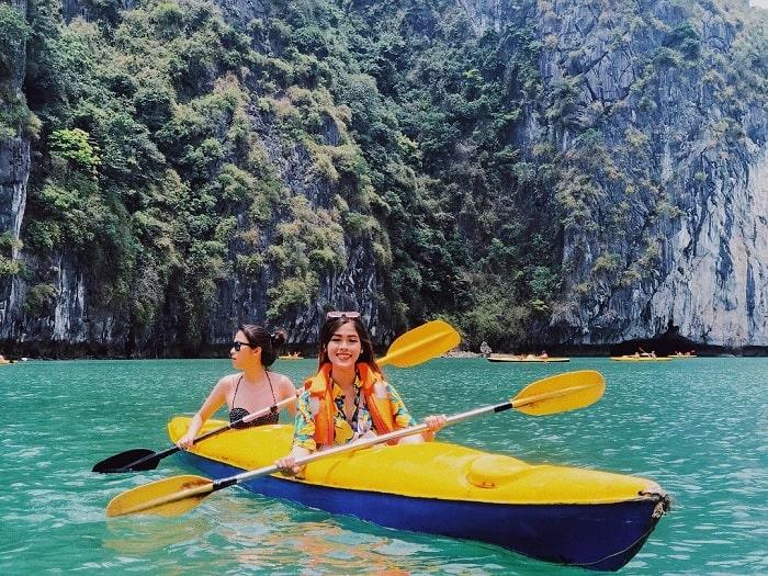 chèo thuyền - hoạt động thú vị tại Đảo Khỉ Cát Bà