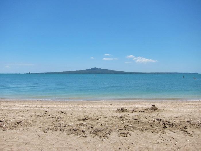 Đảo Rangitoto nhìn từ bãi biển ở Aukland
