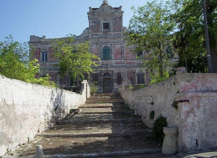Một công trình bỏ hoang trên đảo Pianosa