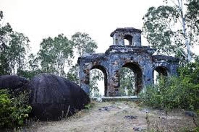 di tích của thành cổ Quảng Ngãicũ còn sót lại