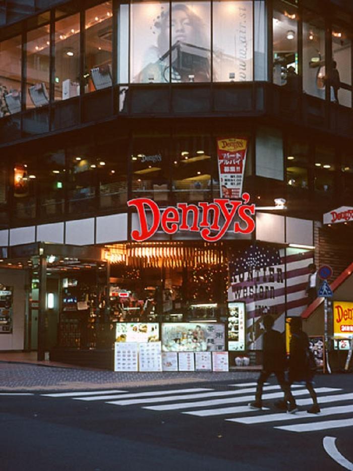denny's - quán bar trong tiểu thuyết Murakami có thật ngoài đời