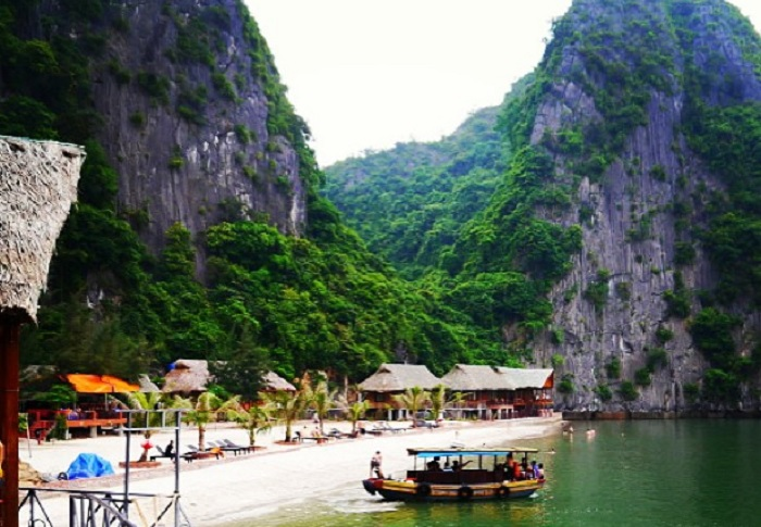 wooden boat - means of transport to Nam Cat Island