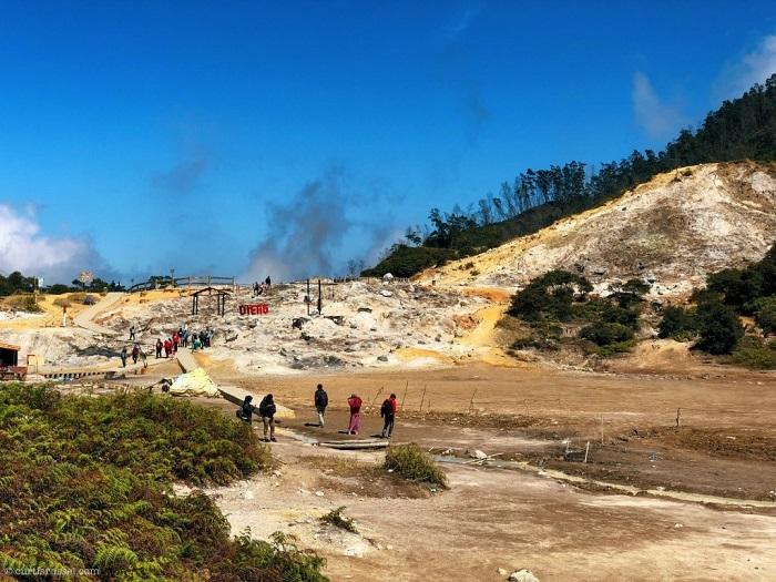 Đây là một miệng núi lửa lớn đang bốc khói lưu huỳnh - Cao nguyên Dieng