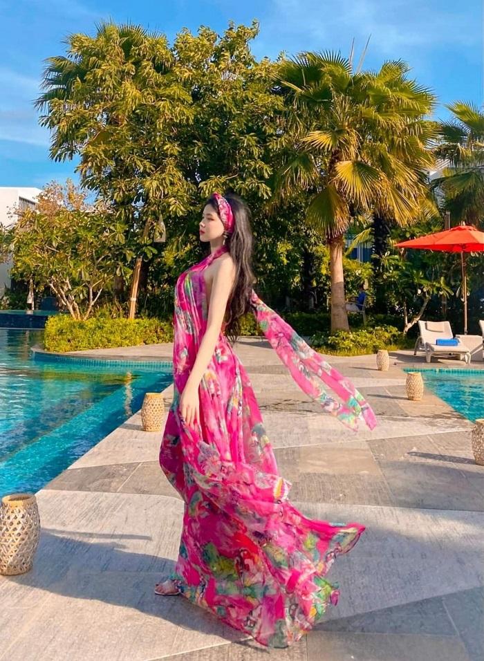Tạo dáng trên biển với đầm maxi hoa rực rỡ du lịch Phú Quốc mặc gì
