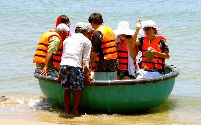 Du lịch đảo Hòn Ngư có gì thú vị? Đi thuyền thúng - Trải nghiệm lý tưởng ở đảo Hòn Ngư