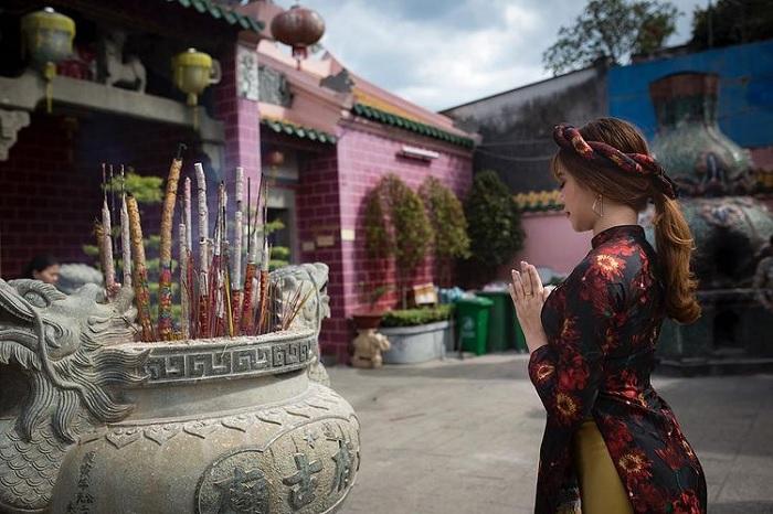 lễ bái - hoạt động phổ biến tại chùa Ông Biên Hòa
