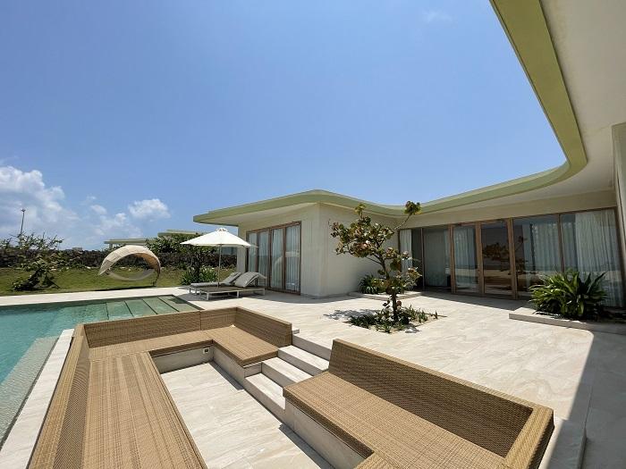 Phía sau biệt thự là hồ bơi với chỗ ngồi ngắm cảnh nhìn ra biển - Review FLC Resort Quy Nhơn