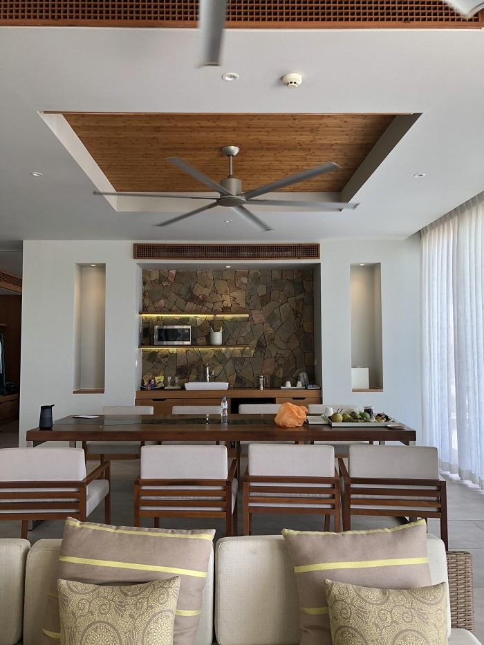 Phòng khách được trang trí phong cách tươi mới - Review FLC Resort Quy Nhơn