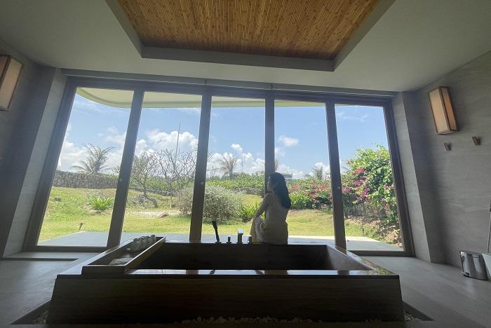Phòng tắm rất rộng và có hướng nhìn ra vườn - Review FLC Resort Quy Nhơn