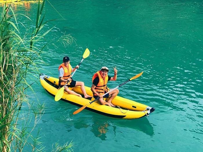 chèo thuyền - trải nghiệm thú vị tại sông Quây Sơn