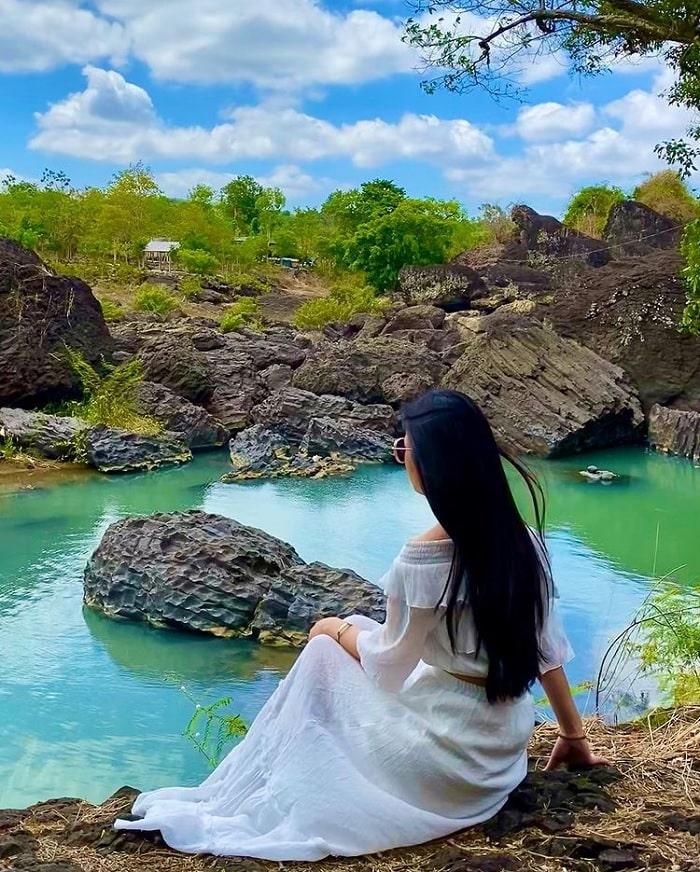 ngồi trên đá - hoạt động thú vị tại thác Trinh Nữ