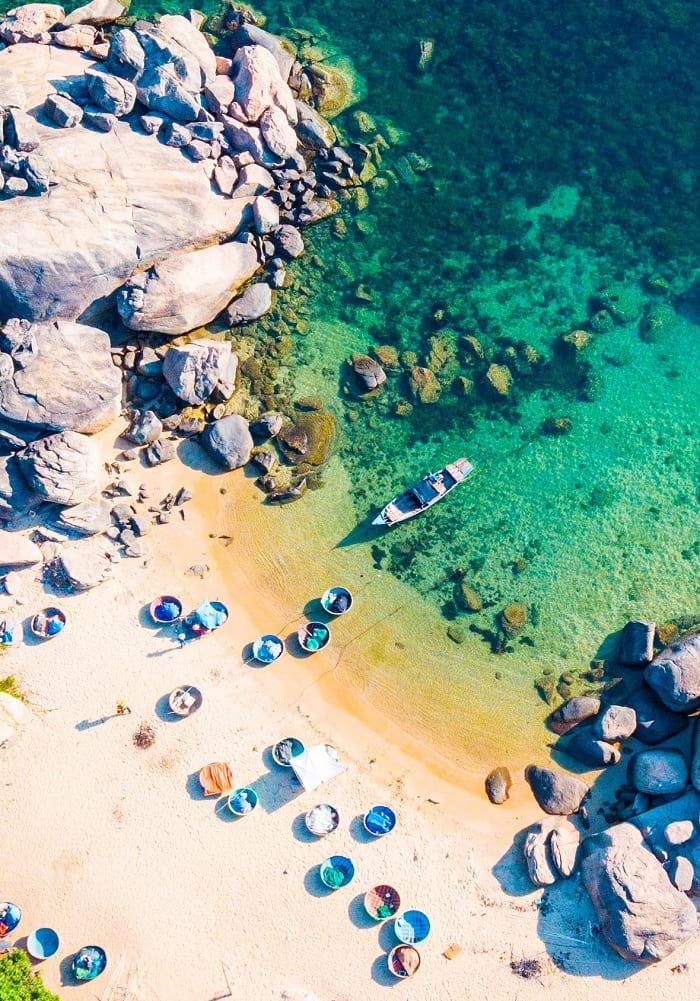 đá và thuyền - nét đẹp thú vị của Vịnh Dung Quất