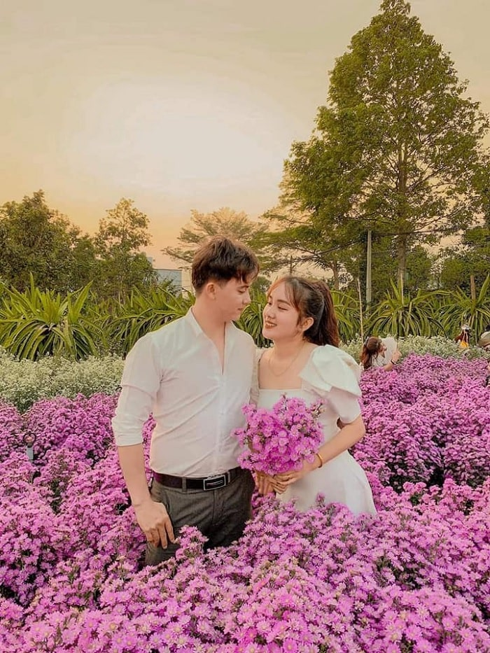 The couple came to take pictures at the heather garden in Buon Ma Thuot