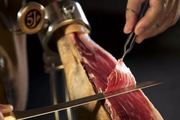 Cầu kỳ cách chế biến món đùi lợn muối Parma trứ danh của Italy