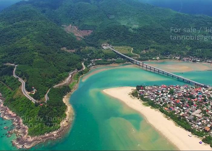 Ngoạn mục tuyến xe lửa chạy qua vịnh Lăng Cô - Huế